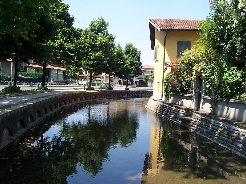 Foto del fossato medievale adacquato che circonda il centro storico di Cologno al Serio
