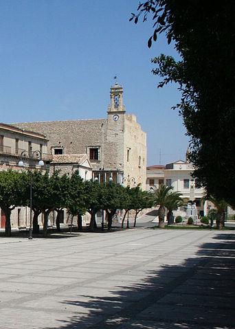 Foto di Piazza Cavour a Favara (Agrigento) col Castello di Chiaramonte sullo sfondo