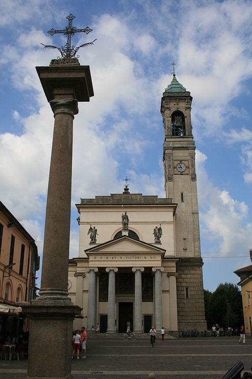 Uno scorcio di Piazza San Vittore a Rho (Milano) con la Basilica omonima sullo sfondo