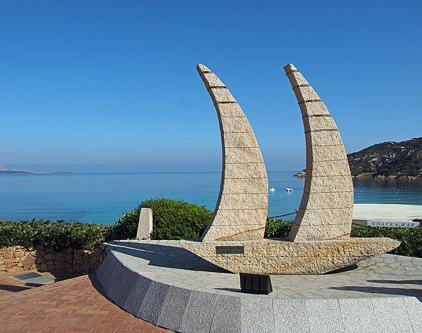 """Foto della scultura in granito delle """"Due Vele"""", realizzata da Lucifero Sgarbati, situata nella piazzetta di Baja Sardinia"""