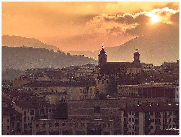 Uno scorcio dall'alto di Avellino al tramonto