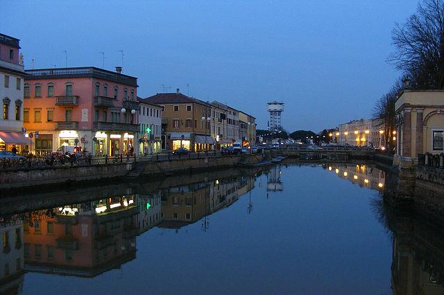 Foto serale di Adria scattata dal Tartaro-Canalbianco passante per la città