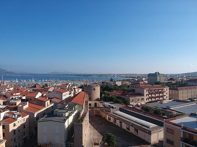 Foto panoramica di Alghero scattata da un drone in volo