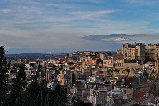 Panorama dall'alto di Lentini. Sullo sfondo la piana di Catania e l'Etna, visti dalla strada che porta all'ingresso dell'area archeologica del Castellaccio.