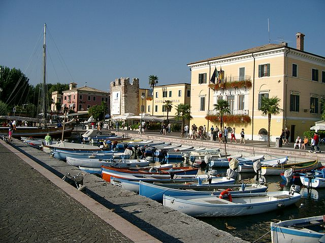 Uno scorcio del porticciolo di Bardolino sul lago di Garda di fronte al municipio