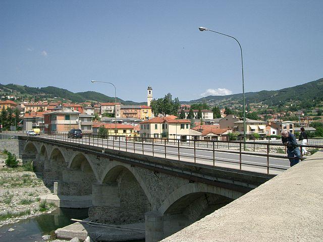 Foto del ponte sul fiume Taro in località San Rocco a Borgo Val di Taro in provincia di Parma