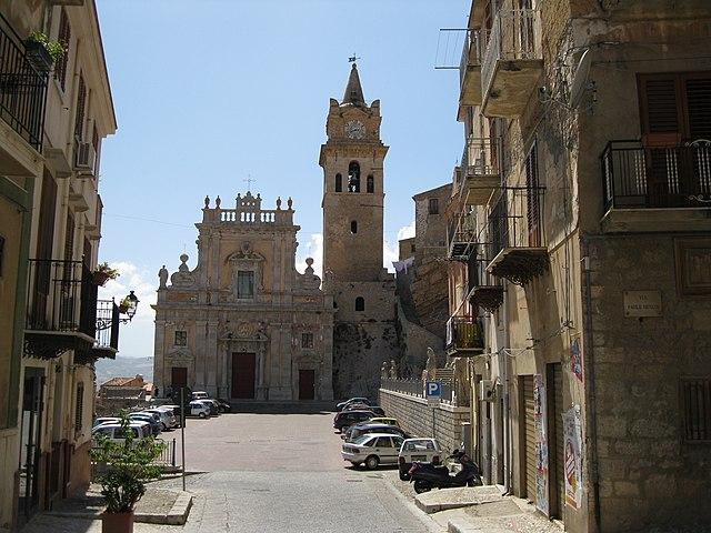 Uno scorcio di Caccamo in provincia di Palermo. Sullo sfondo il Duomo di San Giorgio Martire.