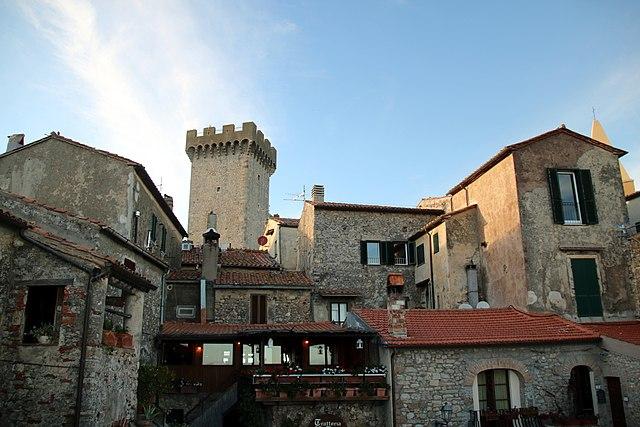 Uno scorcio di Capalbio con la torre della Rocca aldobrandesca sullo sfondo, monumento simbolo della città in provincia di Grosseto