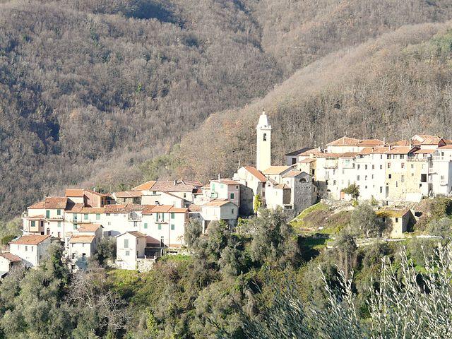 Uno scorcio dall'alto di Vellego, frazione di Casanova Lerrone in provincia di Savona