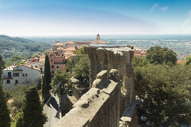 Uno scorcio panoramico di Castelnuovo Magra scattato dalla torre del Castello nel centro storico
