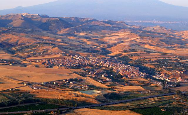 Panorama dall'alto della città di Catenanuova vista dal monte Scalpello.