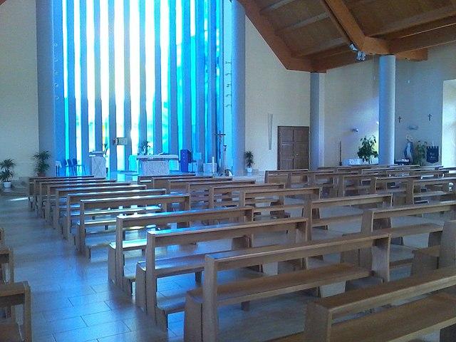 Foto dell'interno della Chiesa di San Valentino a Cisterna di Latina dove si sono svolti i funerali di Alessia e Martina Capasso