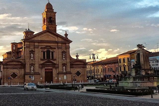 La Chiesa Collegiata di Santo Stefano di fronte a Piazza Unità d'Italia in Novellara