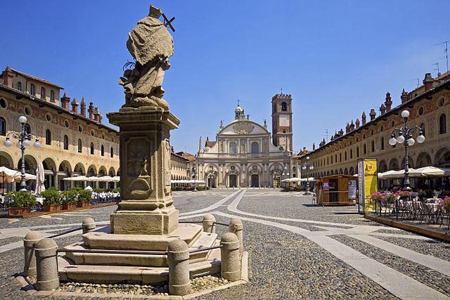 Uno scorcio di Piazza Ducale a Vigevano in provincia di Pavia con la statua di San Giovanni Nepomuceno in primo piano e il Duomo sullo sfondo