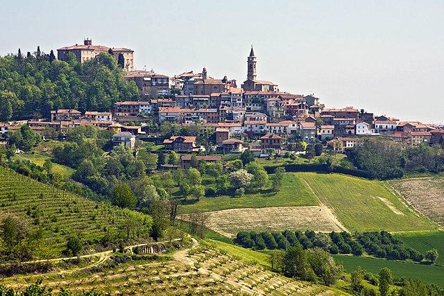 Uno scorcio panoramico di Govone in provincia di Cuneo