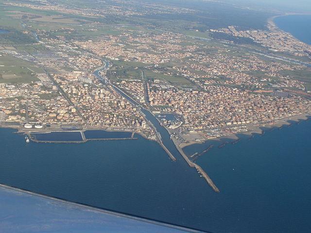 Panorama aereo dell'Isola Sacra alla foce del fiume Tevere, frazione del comune di Fiumicino in provincia di Roma