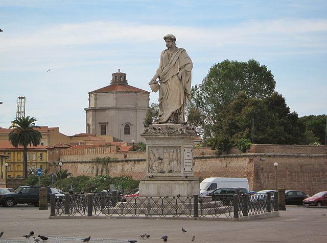 Il monumento a Leopoldo II di Toscana in Piazza della Repubblica a Livorno. Dietro la Fortezza Nuova e, sullo sfondo, il tiburio della Cupola di Santa Caterina