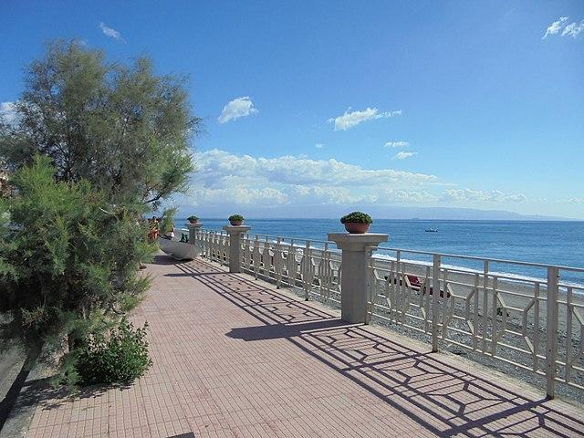 Foto del lungomare di Furci Siculo in provincia di Messina