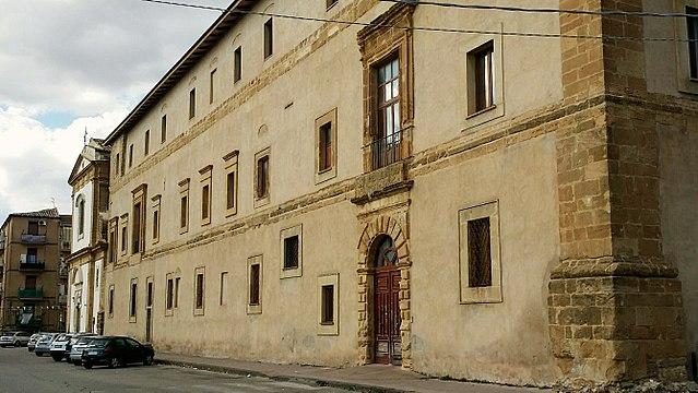 Foto dell'ex monastero benedettino di Santa Flavia a Caltanissetta. Sulla sinistra si intravede la facciata della chiesa di Santa Flavia dove è stato svolto il secondo rito funebre della vittima, poi sepolta nella propria città d'origine.