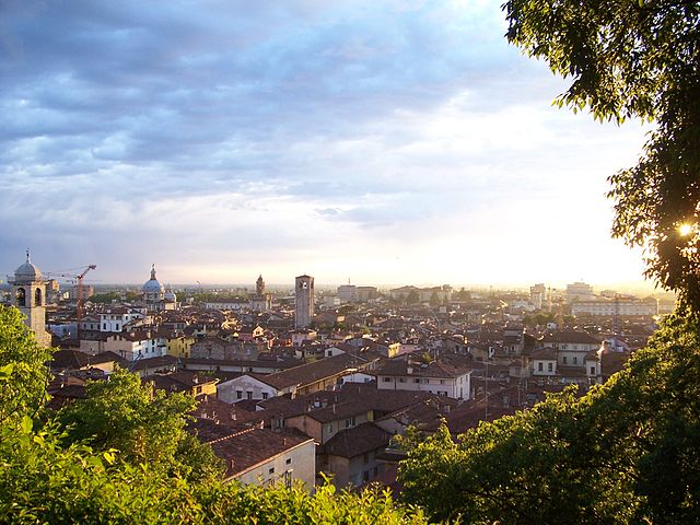 Uno scorcio panoramico al tramonto della città di Brescia