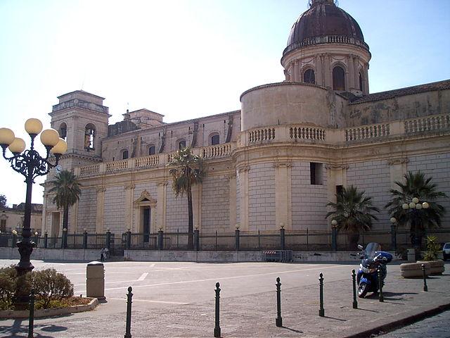Foto di Piazza Duomo a Giarre, sulla quale si affaccia la Chiesa di Sant'Isidoro dove si sono svolti i funerali di Sara Parisi
