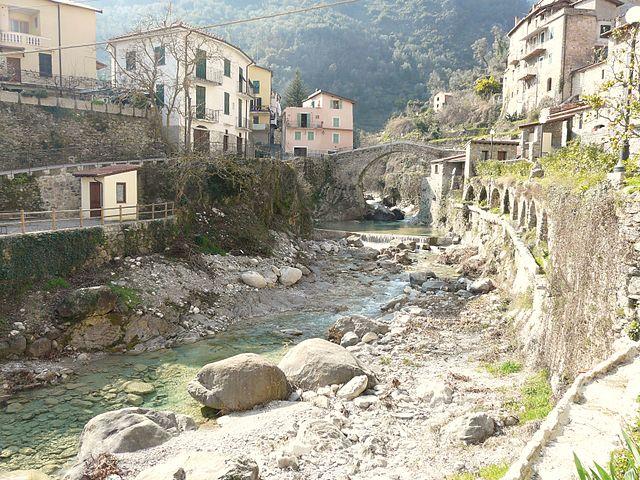 Uno scorcio panoramico di Rocchetta Nervina. Nella foto il torrente Barbaira passante per il centro storico