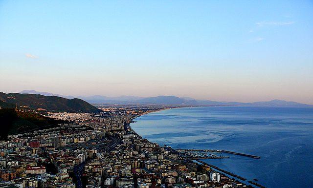 Uno scorcio panoramico dall'alto di Salerno e il golfo omonimo