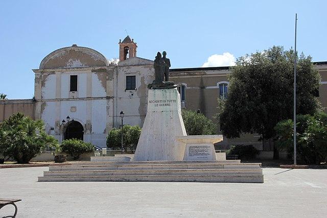 Il Monumento ai Caduti in piazza Pasquale Marginesu a Sorso in provincia di Sassari