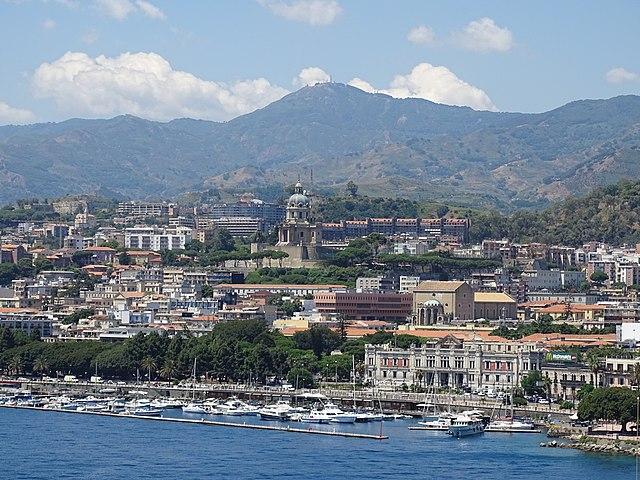 Uno scorcio dall'alto di Messina, la città d'origine di Ylenia Bonavera