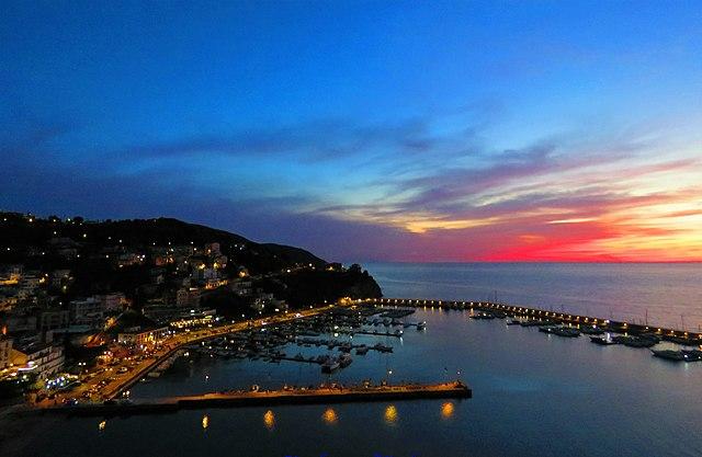 Foto panoramica del porto di Agropoli al tramonto