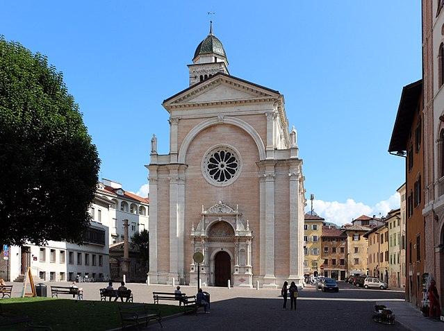 Foto della Piazza di Santa Maggiore a Trento dove Agitu Gudeta partecipava al mercato cittadino per vendere i prodotti della sua azienda derivanti dal latte delle capre mochene