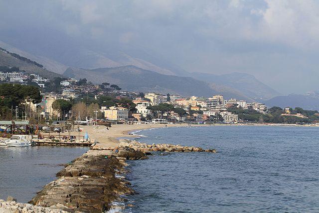 Uno scorcio panoramico di Formia scattato in riva al mare