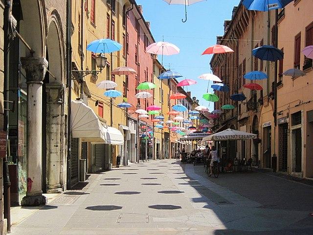 Foto di via Mazzini, una delle strade più importanti di Ferrara