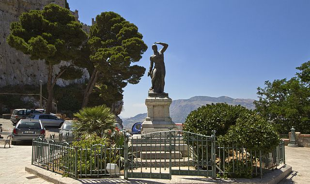 """La foto della statua de """"I Cento Eroi"""", monumento dedicato ai Caduti della 1ª Guerra Mondiale, situata nella piazza omonima a Caccamo"""