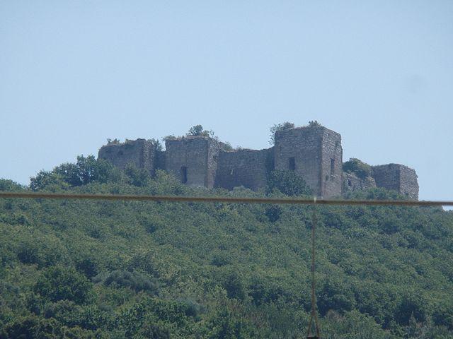 Uno scorcio del Castello del Matinale, scattato dalla stazione ferroviaria di Cancello Scalo