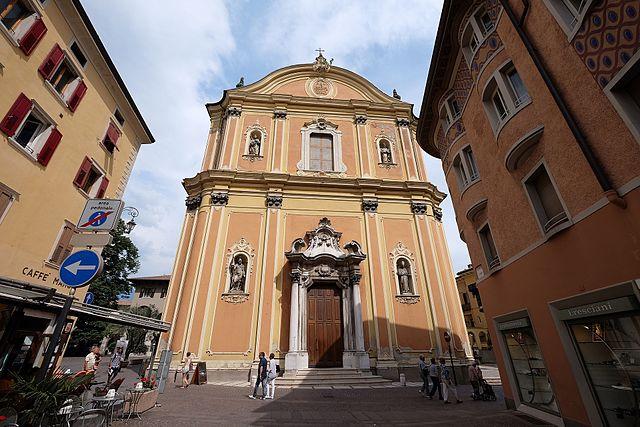 Foto della facciata della Chiesa arcipretale Santa Maria Assunta di Riva del Garda dove si sono svolti i funerali di Eleonora Perraro