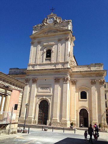 Foto della Chiesa Madre di Canicattini Bagni in provincia di Siracusa dove si sono svolti i funerali di Laura Petrolito