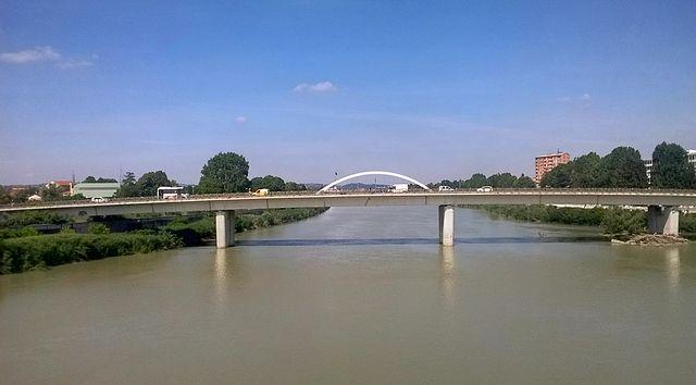 Foto del fiume Tanaro ad Alessandria. Sullo sfondo il ponte Meier dal quale Pedro De Oliveira si sarebbe gettato.