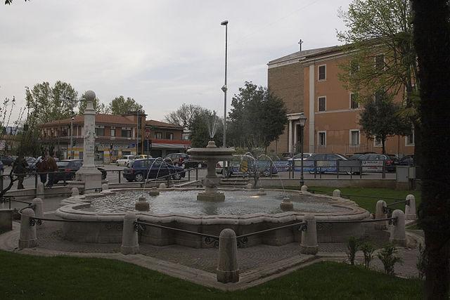 Foto della Fontana Livio de Carolis in Piazza Madonna della Neve a Frosinone, città di origine di Gloria Pompili