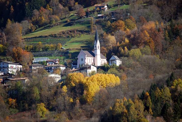 Uno scorcio di Frassilongo, comune della Valle dei Mocheni (o Valle del Fersina) in provincia di Trento