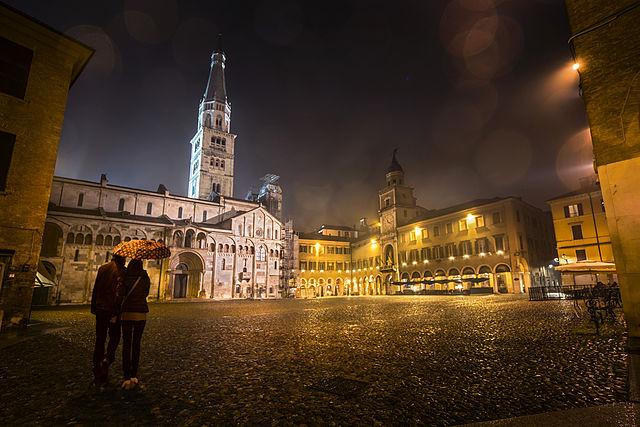 Foto di Piazza Grande di notte a Modena
