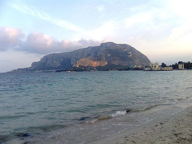 Foto del Monte Pellegrino scattata dalla spiaggia di Mondello a Palermo