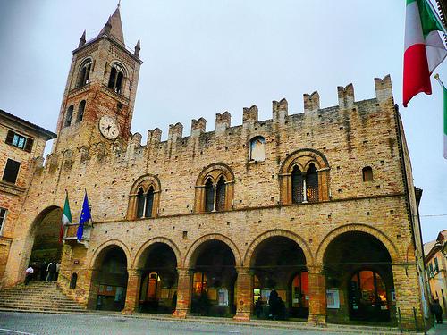 Foto del Palazzo del Podestà in piazza Unità d'Italia nel centro storico di Montecassiano
