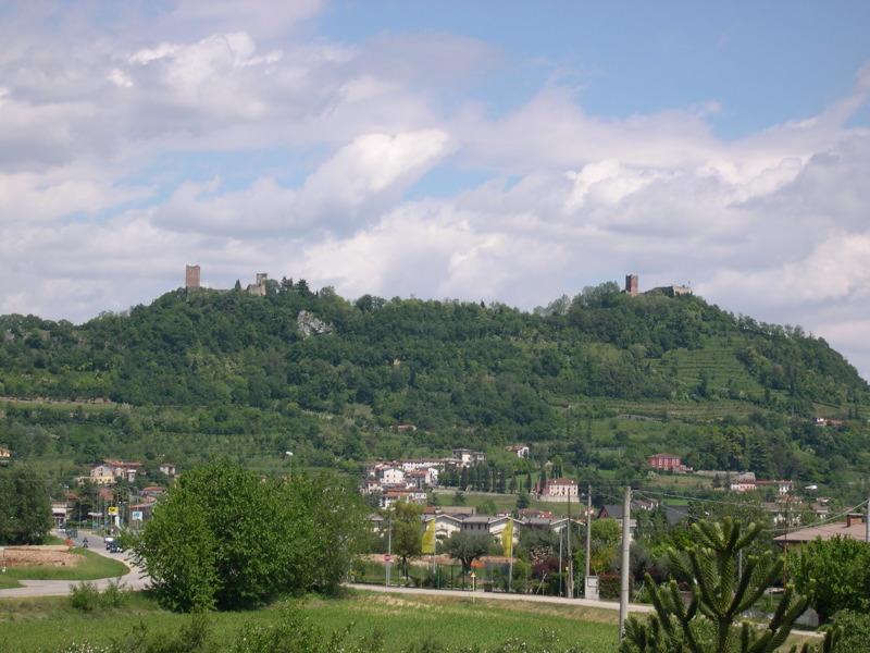Uno scorcio panoramico di Montecchio Maggiore in provincia di Vicenza. In alto sui colli il Castello della Villa e il Castello della Bellaguardia.