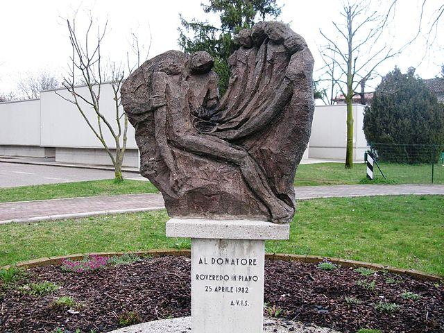 Foto del Monumento al Donatore di Sangue AVIS a Roveredo in Piano