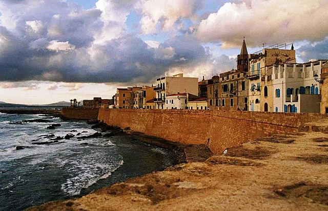 Foto delle mura e dei bastioni sulla costa di Alghero