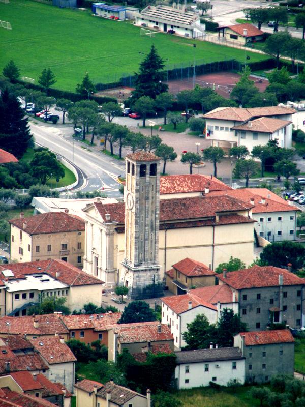 Uno scorcio panoramico dall'alto sulla Chiesa di San Vigilio a Pove del Grappa in provincia di Vicenza