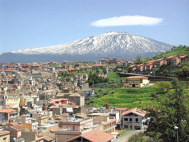 Uno scorcio panoramico di Bronte in provincia di Catania con l'Etna sullo sfondo