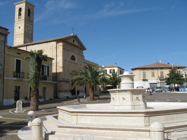 Foto di Piazza Cavour a Nereto in provincia di Teramo. Sulla sinistra, la Chiesa di Maria Santissima del Suffragio dove si sono svolti i funerali di Mihaela Roua.