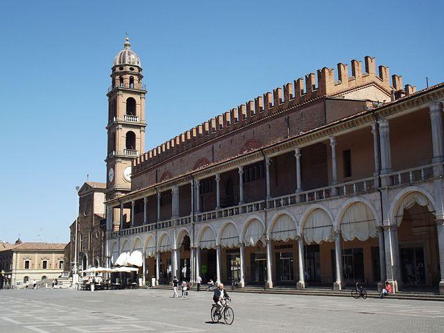Foto del Palazzo del Podestà in Piazza del Popolo a Faenza